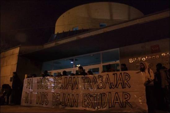 """""""Ils ne nous laissent pas travailler. Ils ne nous laissent pas étudier."""" Manifestation d'étudiants devant une bibliothèque à Madrid (photo Publico)"""