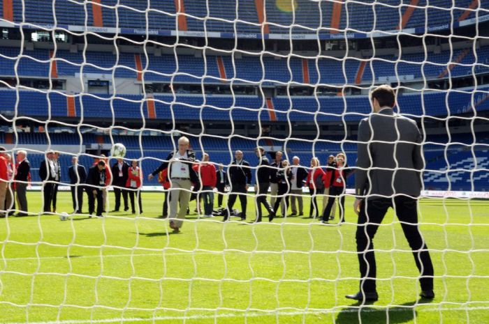 Le gardien du Real Madrid Iker Casillas face aux membres du CIO lors de leur visite du stade Santiago Bernabeu.