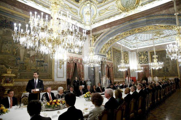 Le prince Felipe et les membres de la commission lors du diner au palais royal.