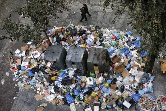 Des tonnes de détritus s'accumulent autour des conteneurs