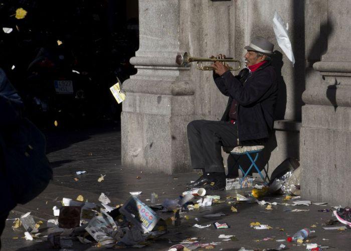 Grève des éboueurs à Madrid - des sacs en plastique tournoyant dans les airs au gré des coups de vent