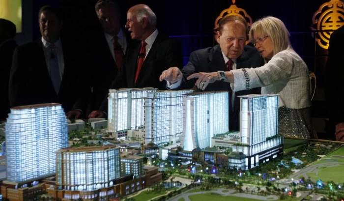 Adelson et son épouse devant une maquette du projet Eurovegas