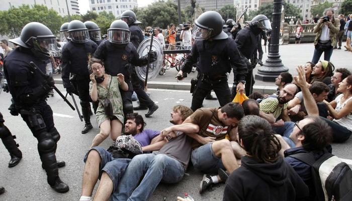 Expulsion des Indignés de la plaza Catalunya à Barcelone