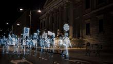 Des hologrammes manifestent devant le Congrès des Députés à Madrid.