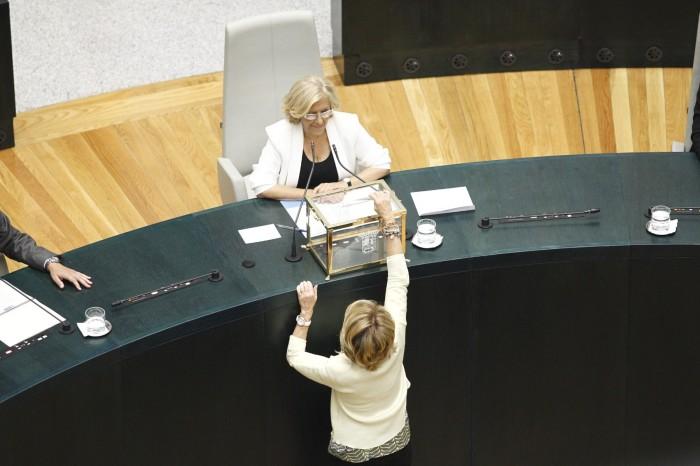 Manuela Carmena s'assied pour la première fois dans le fauteuil de maire de Madrid